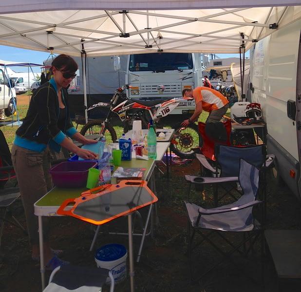 Chacun son rôle lors d'une course : ici papa fait la mécanique et maman la vaisselle